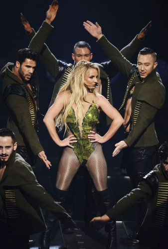 britney-spears-with-back-up-dancers