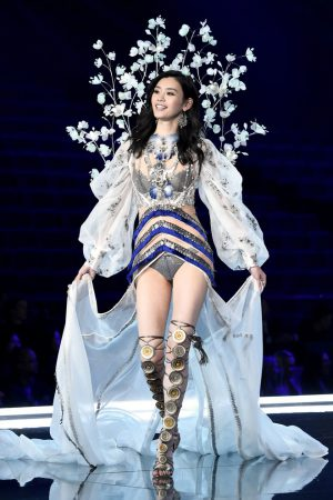 Ming Xi: The Model Who Fell on Victoria's Secret Fashion Show 2017