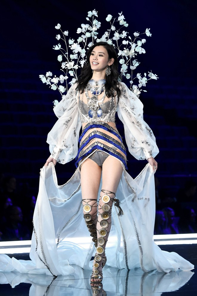 Ming xi the model who fell on victoria s secret fashion for Fashion runway shows videos